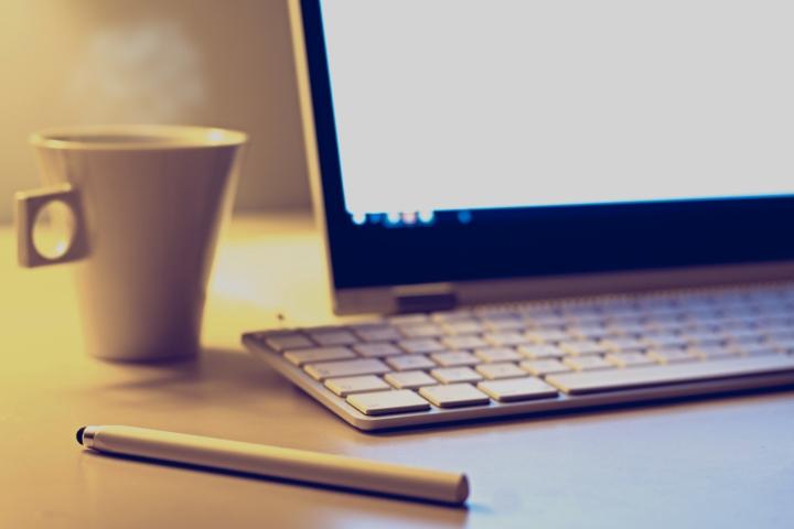 mac-keyboard-monitor-pen-coffee-cup-vojtech-okenka